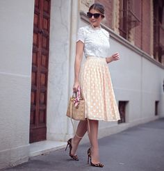 Look romântico maravilhoso: saia midi de poá, blusa de renda e scarpin de oncinha pra dar uma pitada de irreverência