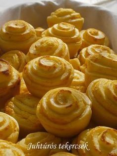 Hankka: Juhtúrós tekercsek World Recipes, My Recipes, Snack Recipes, Cooking Recipes, Croatian Recipes, Hungarian Recipes, Salty Snacks, Salty Cake, Bread And Pastries
