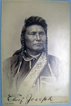 "(3) Chef Joseph (aka Joseph II) (1840-1904), Nez Percé. Carte de visite version US Army. -  After an epic fighting retreat for 1,170 miles across parts of 4 states, he and his people were caught by Gen. Nelson Miles, only 40 miles from the Canadian border. It was then that the broken-hearted chief uttered those famous words, ""Hear me, my chiefs; my heart is sick and sad. From where the Sun now stands, I will fight no more forever.""  Photo par Frank Jay Haynes, 1877."