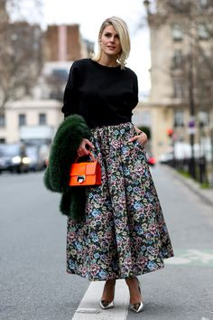 How to wear a midi skirt: Pretty midi paired with a bright orange tote. #midiskirt