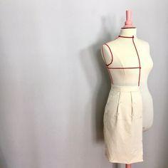 A l'aide d'un tuto filmé, je vous révèle toutes les astuces pour commencer à faire ses propres toiles sur un mannequin, et notamment la jupe de base.