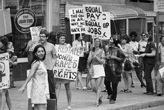 Los movimientos feministas empezaron a desarrollarse a finales del siglo XIX. Durante el siglo XX sus manifestaciones fueron creciendo en intensidad. Primero se abogaba por el derecho al sufragio, y paulatinamente se fueron obteniendo más reconocimientos sociales y legales. En la foto vemos una marcha de mujeres exigiendo igualdad en los salarios. Cientos de miles de mujeres anónimas se manifestaron en las calles para reclamar la tan anhelada igualdad de derechos.