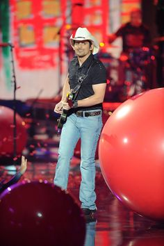 Brad Paisley Photos - Brad Paisley performs onstage at the 2010 CMT Music Awards at the Bridgestone Arena on June 2010 in Nashville, Tennessee. - 2010 CMT Music Awards - Show Country Musicians, Country Music Artists, Country Singers, Country Music Lyrics, Country Music Stars, Country Girl Quotes, Girl Sayings, Kimberly Williams, Cmt Music Awards