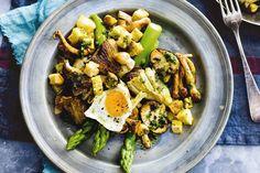 Een feestje om alleen al naar te kijken: aardse paddenstoelen met knapperige asperges en gebakken kwarteleitjes. Recept - Allerhande