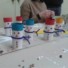 """""""Haciendo manualidades navideñas en el cole con tubos d carton. Se lo han pasado genial. #reciclado #manualidadesinfantiles #manualidadesconniños…"""""""