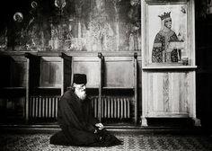 An orthodox monk praying in the church of Neamt monastery - Romania, July 2007 Photo: Ezequiel Scagnetti Spiritual Transformation, Orthodox Christianity, Prayer Book, Christian Life, Priest, Spirituality, Instagram Posts, Painting, Romania