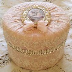Boite shabby chic en soie dentelles perles  strass noeud en soie
