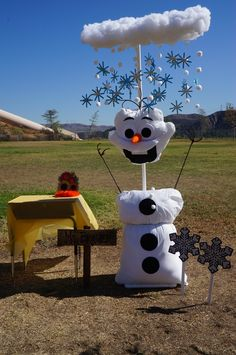 Olaf was made out of pillow cases, felt, and pvc pipe. Each student made a Popsicle snowflake and attached it to the clouds. Outdoor Halloween, Halloween 2018, Halloween Town, Holidays Halloween, Halloween Crafts, Halloween Decorations, Christmas Crafts, Christmas Decorations, Christmas Trees