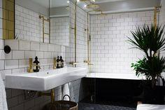 Black White and Brass Bathroom Carácter y buen gusto | BLOG DE DECORACIÓN | My Leitmotiv