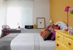 Neste apartamento em São Paulo, cores intensas são combinadas ao branco na medida certa. Papel de parede (Espaço Paper) e cômoda (Estúdio Glória) se cobrem de amarelo. Projeto de Lorreine Claudio e Luciana Arruda.