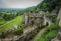 Gwrych Castle is a Grade I listed country house near Abergele in Conwy county borough, Wales. Castle House, Castle Ruins, Medieval Castle, Beautiful Castles, Beautiful Places, Welsh Castles, Abandoned Mansions, Abandoned Castles, Kirchen
