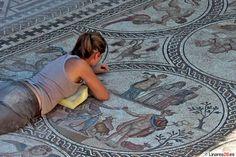 No os perdáis las nuevas fotos del descubrimiento de un mosaico romano, en un estado de conservación excepcional,  destaca el colorido de las teselas vidriadas de color rojo, verde y azul.