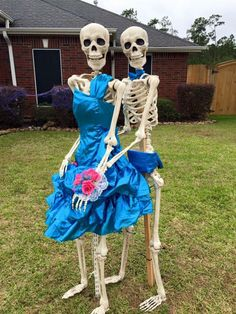 halloween decorations outdoor Keeping Up With the Bones: Hilarious Halloween Decorations Keep Texas Neighborhood Guessing - NBC Southern California Halloween Yard Decorations, Scary Halloween Decorations, Halloween Skeletons, Halloween House, Spirit Halloween, Halloween Diy, Halloween Lighting, Halloween Stuff, Spooky House