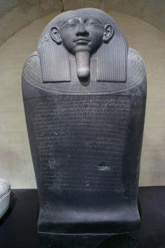 """Sarcophage d'Eshmunazor II, roi de Sidon. «""""Au mois de Bul, dans la quatorzième année (14) du règne du roi 'Eshmunazor, roi des Sidoniens, fils du roi Tabnit, roi des Sidoniens, le roi 'Eshmunazor, roi des Sidoniens, a parlé en ces termes : """"j'ai été emporté avant mon temps, fils d'un nombre de jours (restreints), misérable, orphelin fils d'une veuve ; et je suis couché dans ce cercueil et dans ce sarcophage, à l'endroit que j'ai bâti. Qui que ce soit, souverain ou simple mortel, que nul ..."""