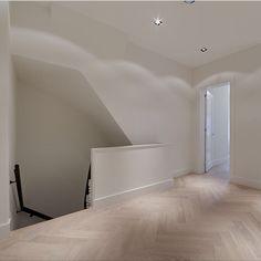 Houten vloer met zicht op wijnkelder Deze woning is voorzien van een prachtige houten vloer in visgraat motief. Bijzonder detail is de opening in de vloer waarbij zicht is op de wijnkelder.