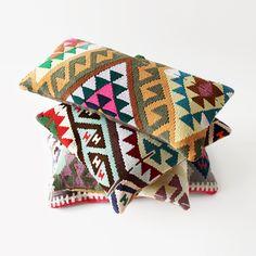 Unsere Kelimkissen werden aus alten, handgewebten Kelimteppichen gemacht. Für die Vorderseite werden die schönsten, gut erhaltenen Stücke verwendet, für die Rückseite ein schwerer Baumwollstoff in einer passenden Farbe. Die Kissen stammen aus der Kayseri in Kappadokien in der Türkei – eine Region, in der das Weben von farbenfrohen Kelims eine lange Tradition hat. Die verwendeten Schafswoll-Kelims sind bis zu 50 Jahre alt und jedes Kissen ist ein echtes Unikat.Kelimkissen aus Kay...