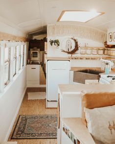 Attractive Home Bus Design Ideas That Looks So Awesome 28 Bus Living, Tiny House Living, Small Living, Home And Living, School Bus Tiny House, Airstream Living, Mobile Living, Van Home, Camping Car