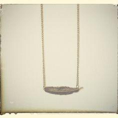 Gargantilla pluma oro viejo http://elbauldepaz.tictail.com