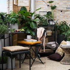 Small Space Summer Garden Inspiration At Granit | balcony garden | black and white plant pots | concrete pots | woven baskets | #smallgardens #balconygarden #summergarden #gardening #houseplants #nordicgarden #granit