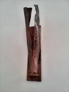 wandlamp, gemaakt van notenhout, en palmblad
