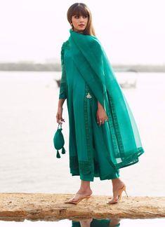 Simple Pakistani Dresses, Pakistani Outfits, Indian Outfits, Stylish Dress Designs, Stylish Dresses, Casual Dresses, Dress Indian Style, Indian Fashion Dresses, Velvet Dress Designs