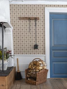 The wallpaper Börsjö - from Duro is a wallpaper with the dimensions . The wallpaper Börsjö - belongs to the popular wallpaper collection Gammalsven Swedish Cottage, Old Cottage, Scandinavian Wallpaper, Scandinavian Interior, Beddinge, Old Wallpaper, Cottage Style Homes, Cottage Interiors, Decor Room