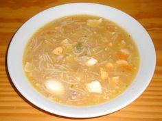 Cómo hacer Sopa de pollo con fideos y huevo duro. Empezamos por preparar el caldo para la sopa, limpiamos, troceamos e introducimos el pollo en una cazuela. Hacemos lo mismo con las hortalizas, limpiamos,