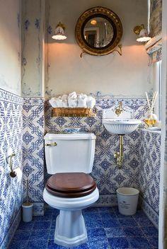 Joli carrelage rétro indigo | My Paradissi Tiny Bathrooms, Beautiful Bathrooms, Small Bathroom, Bathroom Ideas, Downstairs Bathroom, White Bathrooms, Country Bathrooms, Bathroom Organization, Modern Bathroom