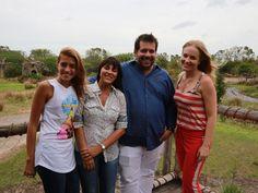 Angélica posa para foto com a família de Leandro Hassum (Foto: Divulgação / Rede Globo)