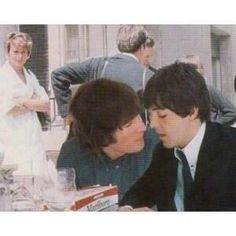 John Lennon and Paul McCartney (Cute)<<<*McLennon shippers go mad in the distance* Beatles Band, Beatles Love, John Lennon Beatles, Beatles Photos, Beatles Funny, Ringo Starr, George Harrison, Liverpool, John Lennon Paul Mccartney