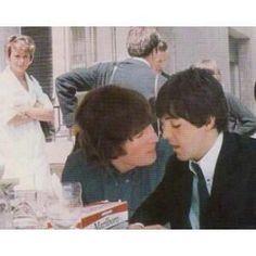 John Lennon and Paul McCartney (Cute)<<<*McLennon shippers go mad in the distance* Beatles Love, Beatles Photos, Beatles Funny, Ringo Starr, George Harrison, Liverpool, El Rock And Roll, John Lennon Paul Mccartney, The Fab Four