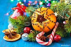 Farbenfrohes Weihnachten. Orangen aushöhlen und mit Nelken Muster stecken