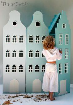 De Amsterdamse grachten in je huis. Een straatje kasten in mooie waterkleuren voor een kinderkamer in nautische sfeer.