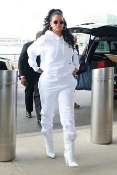 Rihanna wears all white at the airport because why not? Vogue Che - Rihanna wears all white at the airport because why not? Vogue Che Source by - Mode Rihanna, Rihanna Style, Rihanna Swag, Rihanna Casual, Rihanna Fenty, Rihanna Outfits, Chic Outfits, Trendy Outfits, Fashion Outfits