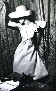 Jardin des Modes March 1962 photos Helmut Newton and Meerson Portraits du… Sixties Fashion, Retro Fashion, Fashion Art, Fashion Beauty, Vintage Fashion, Helmut Newton, 60s Vintage Clothing, Vintage Dresses, Vintage Outfits