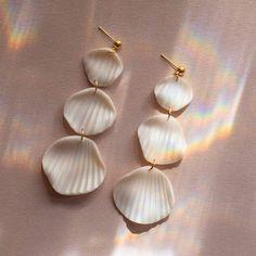 The KAI earrings in white pearl Seashell Jewelry, Ceramic Jewelry, Polymer Clay Jewelry, Handmade Polymer Clay, Clay Beads, Diy Clay Earrings, Earrings Handmade, Handmade Jewelry, Handmade Accessories
