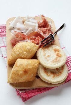 Tigelle e gnocco fritto. Food from Emilia Romagna Charcuterie, Tapas, Best Italian Recipes, Fusion Food, Slow Food, All You Need Is, International Recipes, I Love Food, Finger Foods