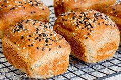 Представляю два рецепта дрожжевого безглютенового хлеба без загустителей — один хлеб испечен в виде буханки, а второй в виде мини буханочек, особенно подходящих для любого праздничного стола …