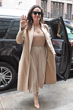 Angelina Jolie Looks Chic While Posing With Fans in NYC!: Photo Angelina Jolie looks stunning while posing with fans! Beige Outfit, Monochrome Outfit, 90s Fashion, Fashion Outfits, Womens Fashion, Estilo Street, Angelina Jolie Style, Vintage Outfits, Look Zara