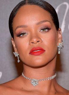 Rihanna aposta no olho nada e boca tudo certeiro para esse inverno.