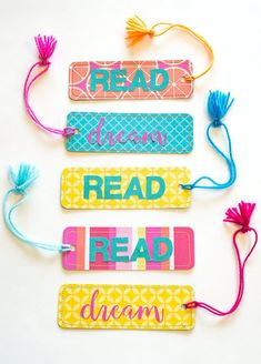 These Easy Paper Bookmarks include a free bookmark template (SVG and PDF), perfect for a fun tween craft, end of the year favors, parties or for your summer reading program! Creative Bookmarks, Paper Bookmarks, Bookmarks Kids, Handmade Bookmarks, Corner Bookmarks, Bird Template, Bookmark Template, Bookmark Craft, Bookmark Ideas