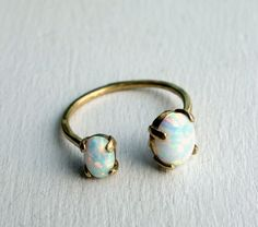 He encontrado este interesante anuncio de Etsy en https://www.etsy.com/es/listing/205701784/bronze-dual-stone-ring-opal-and-opal