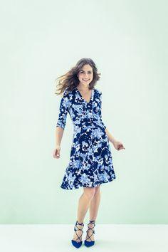 Tricot jurk met mooie halsbies. Dit model met slank lijfje en lange mouwen heeft een knielange gerende rok.  Bestel je dit patroon, dan ontvang je ook het patroon KM1703-21 jurk er gratis bij!