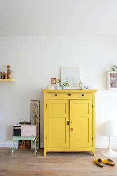 une ancienne commode transformée grâce à la peinture jaune moutarde