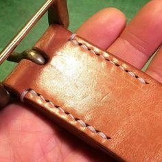 Instagram СМИ по daisukenshin - кожаный ремень 愛弟子みたいな男が 縫い直したところを 師匠と呼ばれるには 未熟過ぎる男が また縫い直しました コバも磨き直して バックル交換完了です #кожа #leathercraft #handcut #handsewn #ручной #leatherbelt #изделия из кожи #ручная работа #革細工 #革小物 #手裁ち #手縫い #ベルト #革物工房大輔 #レザークラフト @shunsuke_k510