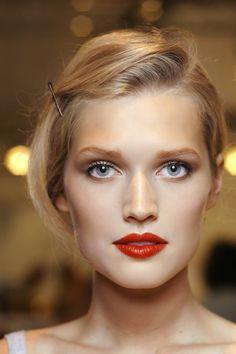comment maquiller les yeux bleus, maquillage yeux bleus avec rouge à lèvres rouge foncé