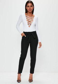 Le pantalon cigarette est un essentiel qu'on devrait toutes avoir dans son armoire. Sa couleur noire élégante s'allie à une coupe cigarette simple, jambes fuselées, légers plis et ceinture à nouer. C'est la forme qui met les hanches e...