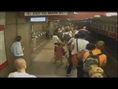 ▶ Une Fille Distrait Qui Marche, Tombe Sur Les Rails Du Métro De Boston - YouTube