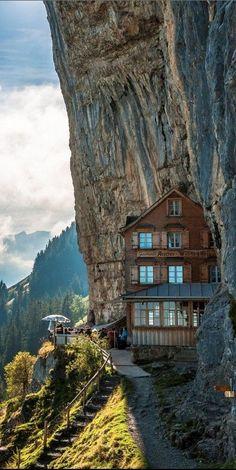 Pelo Mundo...  Hotel na  Montanha Guesthouse, Suíça.  O teleférico leva você a partir de Wasserauen,em uma das áreas mais bonitas de Alpstein. Do extenso planalto com rica flora alpina, você começa com uma vista magnífica  sobre a Appenzell, Sankt Gall e Thurgau Hill,, a ampla área do Lago Constance, bem como o panorama pitoresco da cadeia montanhosa. Alpstein abre-se diante de você.