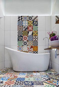 Idea bagno moderno Mediterraneo per chi ama le piastrelle patchwork - mattonelle usate sia sul pavimento che sul rivestimento - disegno allegro